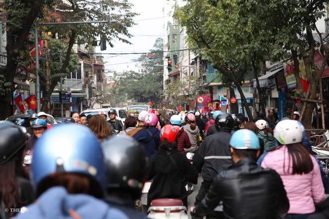 Hà Nội: 29 Tết, người dân vẫn xuống đường chèn nhau mua hàng giảm giá - ảnh 11