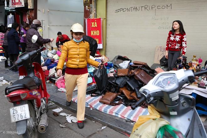 Hà Nội: 29 Tết, người dân vẫn xuống đường chèn nhau mua hàng giảm giá - ảnh 13