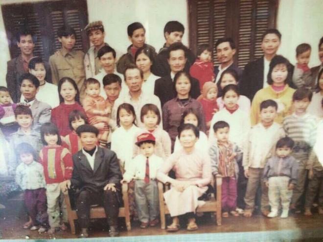 Tết phong cách reply 1990: Cả đại gia đình xếp hàng chụp ảnh nghiêm túc như... kỷ yếu! - Ảnh 1.