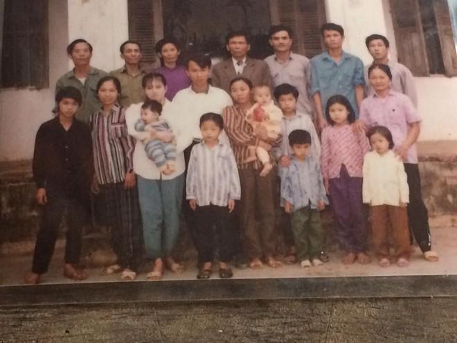 Tết phong cách reply 1990: Cả đại gia đình xếp hàng chụp ảnh nghiêm túc như... kỷ yếu! - Ảnh 2.