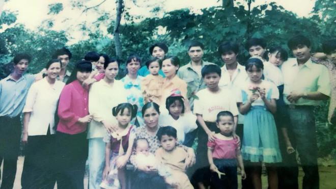 Tết phong cách reply 1990: Cả đại gia đình xếp hàng chụp ảnh nghiêm túc như... kỷ yếu! - Ảnh 3.