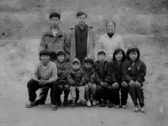 Tết phong cách reply 1990: Cả đại gia đình xếp hàng chụp ảnh nghiêm túc như... kỷ yếu! - Ảnh 4.