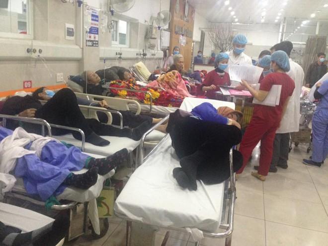 Cận Tết, Bệnh viện Bạch Mai vỡ trận, bác sĩ kiệt sức vì cấp cứu - Ảnh 9.