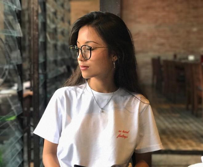 Tết này, nhiều hot girl Việt đều đồng loạt nhuộm tóc đen và dùng khuyên tai tròn - Ảnh 9.