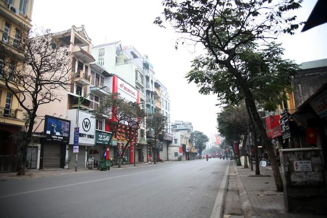 Sáng 29 Tết, nhiều tuyến phố Hà Nội đã vắng bóng người qua lại - Ảnh 1.