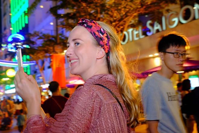 Người nước ngoài mặc áo dài truyền thống, háo hức đón Tết cổ truyền ở TP.HCM - ảnh 12