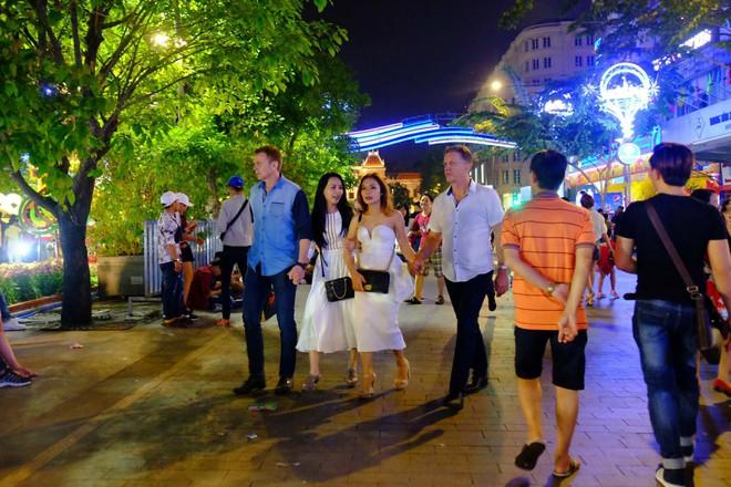 Người nước ngoài mặc áo dài truyền thống, háo hức đón Tết cổ truyền ở TP.HCM - ảnh 3