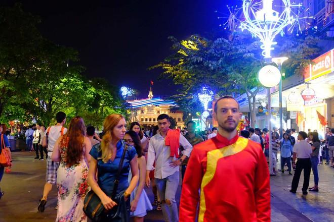 Người nước ngoài mặc áo dài truyền thống, háo hức đón Tết cổ truyền ở TP.HCM - ảnh 1