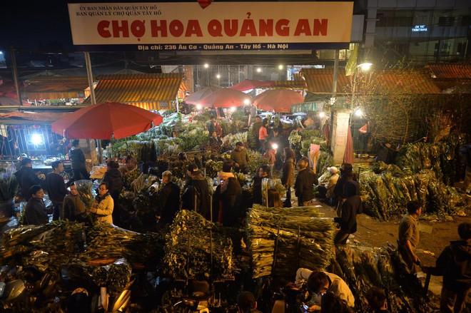 Chợ hoa Quảng An tấp nập đêm trước giao thừa - Ảnh 1.