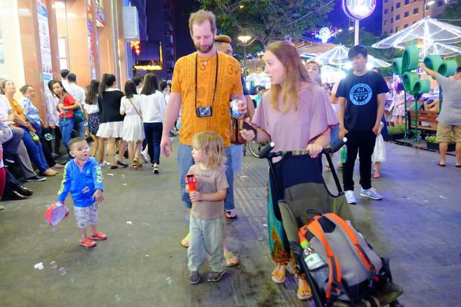 Người nước ngoài mặc áo dài truyền thống, háo hức đón Tết cổ truyền ở TP.HCM - ảnh 4