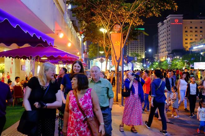 Người nước ngoài mặc áo dài truyền thống, háo hức đón Tết cổ truyền ở TP.HCM - ảnh 7