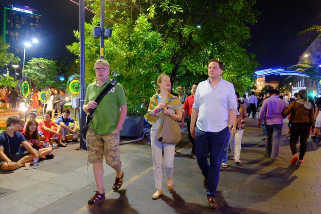 Người nước ngoài mặc áo dài truyền thống, háo hức đón Tết cổ truyền ở TP.HCM - ảnh 8