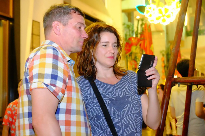 Người nước ngoài mặc áo dài truyền thống, háo hức đón Tết cổ truyền ở TP.HCM - ảnh 11