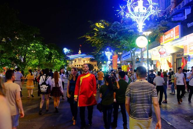 Người nước ngoài mặc áo dài truyền thống, háo hức đón Tết cổ truyền ở TP.HCM - ảnh 2