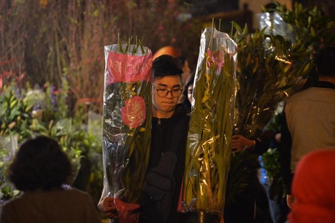 Chợ hoa Quảng An tấp nập đêm trước giao thừa - Ảnh 2.