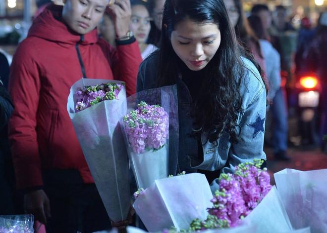 Chợ hoa Quảng An tấp nập đêm trước giao thừa - Ảnh 3.