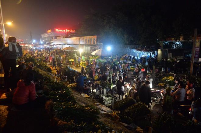Chợ hoa Quảng An tấp nập đêm trước giao thừa - Ảnh 4.