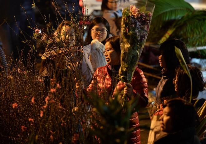 Chợ hoa Quảng An tấp nập đêm trước giao thừa - Ảnh 5.