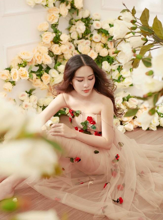 Không hẹn mà gặp, Midu và Nam Em cùng hóa thân thành nàng Xuân yêu kiều trong cùng 1 thiết kế váy hoa  - Ảnh 3.