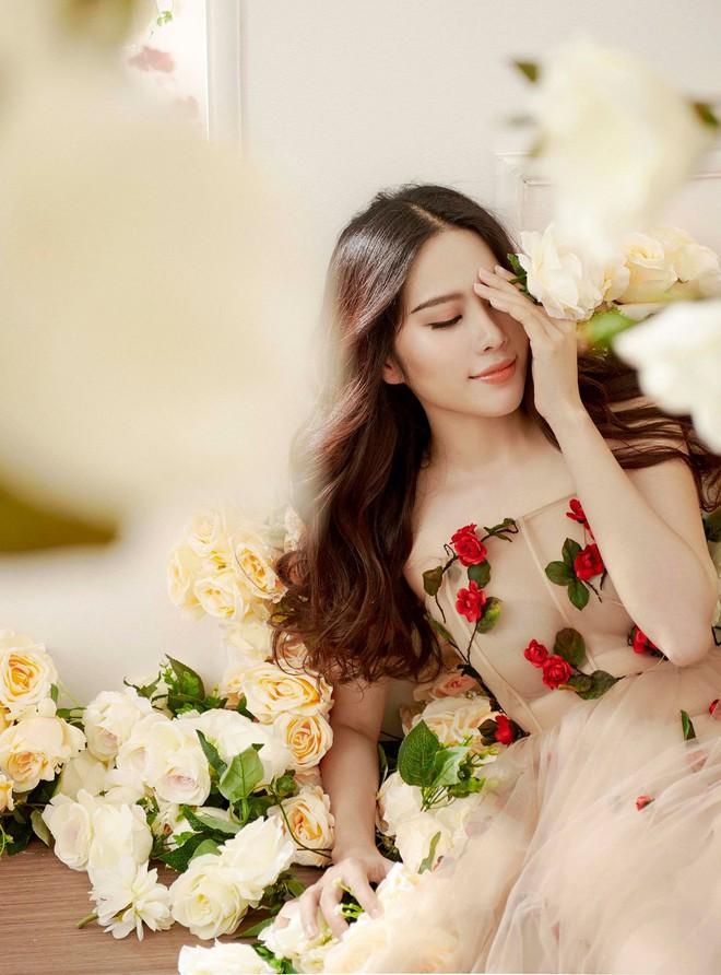 Không hẹn mà gặp, Midu và Nam Em cùng hóa thân thành nàng Xuân yêu kiều trong cùng 1 thiết kế váy hoa  - Ảnh 1.