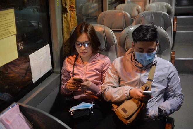 Những hành khách cuối cùng rời bến, lên xe về quê tối 30 Tết đón năm mới - ảnh 4