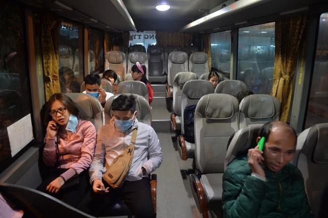 Những hành khách cuối cùng rời bến, lên xe về quê tối 30 Tết đón năm mới - ảnh 5