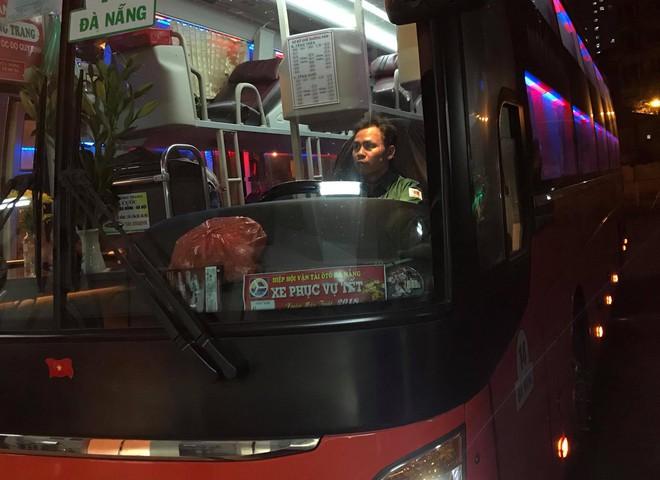 Những hành khách cuối cùng rời bến, lên xe về quê tối 30 Tết đón năm mới - ảnh 6