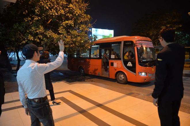 Những hành khách cuối cùng rời bến, lên xe về quê tối 30 Tết đón năm mới - ảnh 7