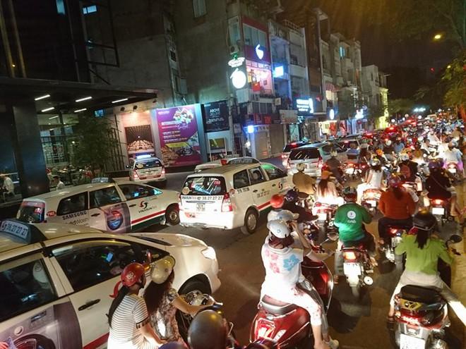 Người dân Hà Nội và Sài Gòn bắt đầu đổ ra đường, háo hức chờ bắn pháo hoa mừng năm mới Mậu Tuất 2018 - ảnh 3