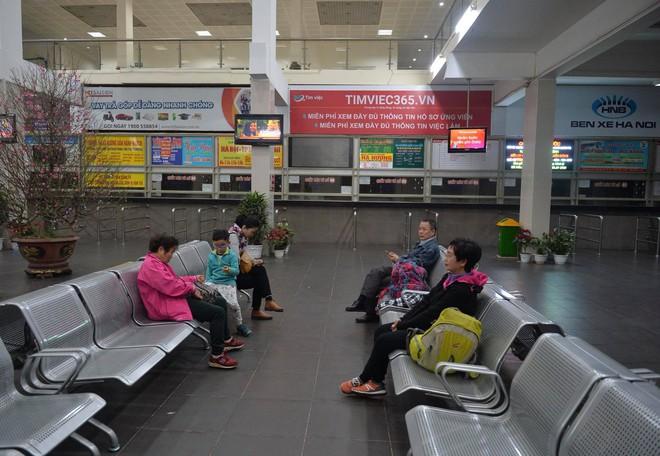 Những hành khách cuối cùng rời bến, lên xe về quê tối 30 Tết đón năm mới - ảnh 2