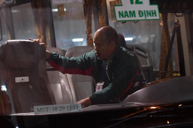 Những hành khách cuối cùng rời bến, lên xe về quê tối 30 Tết đón năm mới - ảnh 8