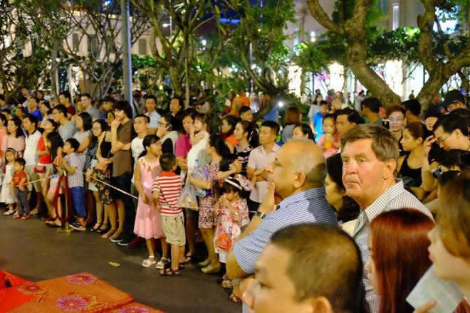 Lân sư rồng xuất hiện trên phố đi bộ Nguyễn Huệ, trẻ em reo hò thích thú chờ đợi biểu diễn - ảnh 7