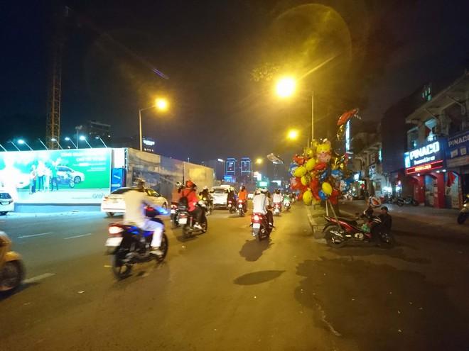 Người dân Hà Nội và Sài Gòn bắt đầu đổ ra đường, háo hức chờ bắn pháo hoa mừng năm mới Mậu Tuất 2018 - ảnh 4