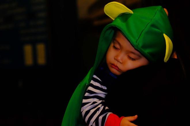 Bố mẹ đem cả mùng mền, trải chiếu ru con ngủ để chờ xem bắn pháo hoa mừng năm mới - ảnh 9