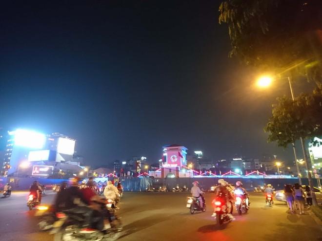 Người dân Hà Nội và Sài Gòn bắt đầu đổ ra đường, háo hức chờ bắn pháo hoa mừng năm mới Mậu Tuất 2018 - ảnh 8
