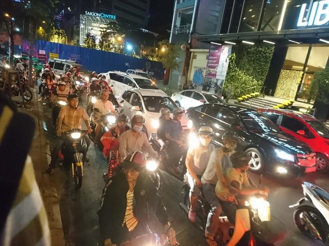 Người dân Hà Nội và Sài Gòn bắt đầu đổ ra đường, háo hức chờ bắn pháo hoa mừng năm mới Mậu Tuất 2018 - ảnh 1