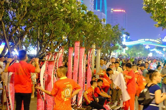Lân sư rồng xuất hiện trên phố đi bộ Nguyễn Huệ, trẻ em reo hò thích thú chờ đợi biểu diễn - ảnh 8
