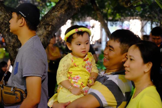 Lân sư rồng xuất hiện trên phố đi bộ Nguyễn Huệ, trẻ em reo hò thích thú chờ đợi biểu diễn - ảnh 9