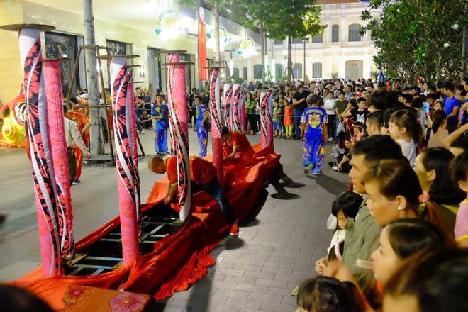 Lân sư rồng xuất hiện trên phố đi bộ Nguyễn Huệ, trẻ em reo hò thích thú chờ đợi biểu diễn - ảnh 10
