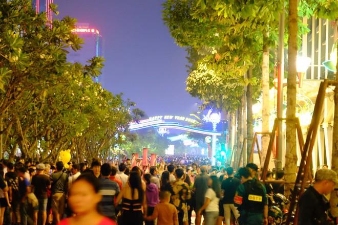 Lân sư rồng xuất hiện trên phố đi bộ Nguyễn Huệ, trẻ em reo hò thích thú chờ đợi biểu diễn - ảnh 11