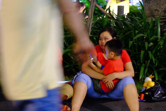 Bố mẹ đem cả mùng mền, trải chiếu ru con ngủ để chờ xem bắn pháo hoa mừng năm mới - ảnh 10