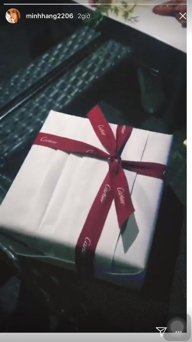 Hậu Valentine, các người đẹp Việt nô nức khoe quà khủng từ nước hoa cho tới túi xách hàng chục triệu - Ảnh 3.