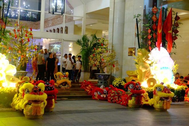 Lân sư rồng xuất hiện trên phố đi bộ Nguyễn Huệ, trẻ em reo hò thích thú chờ đợi biểu diễn - ảnh 12