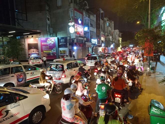 Người dân Hà Nội và Sài Gòn bắt đầu đổ ra đường, háo hức chờ bắn pháo hoa mừng năm mới Mậu Tuất 2018 - ảnh 2
