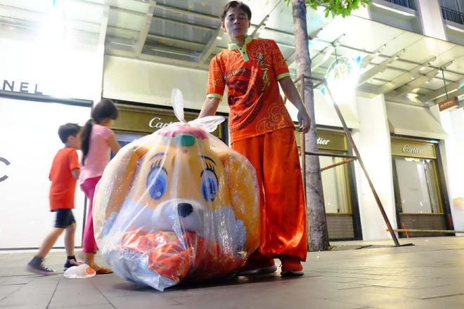 Lân sư rồng xuất hiện trên phố đi bộ Nguyễn Huệ, trẻ em reo hò thích thú chờ đợi biểu diễn - ảnh 5