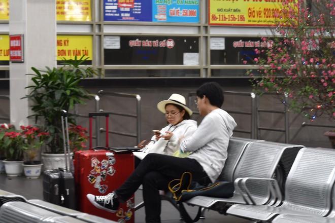 Những hành khách cuối cùng rời bến, lên xe về quê tối 30 Tết đón năm mới - ảnh 3