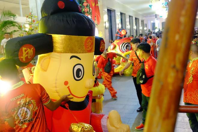 Lân sư rồng xuất hiện trên phố đi bộ Nguyễn Huệ, trẻ em reo hò thích thú chờ đợi biểu diễn - ảnh 6