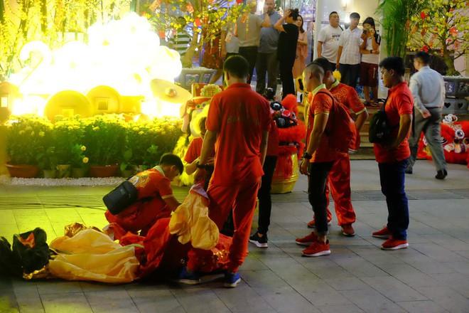 Lân sư rồng xuất hiện trên phố đi bộ Nguyễn Huệ, trẻ em reo hò thích thú chờ đợi biểu diễn - ảnh 13