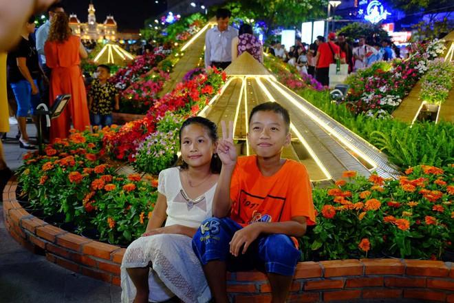 Lân sư rồng xuất hiện trên phố đi bộ Nguyễn Huệ, trẻ em reo hò thích thú chờ đợi biểu diễn - ảnh 4