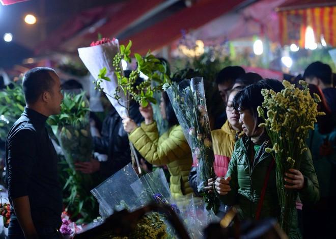 Chợ hoa Quảng An tấp nập đêm trước giao thừa - Ảnh 6.